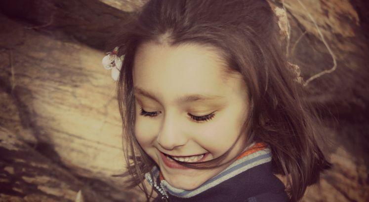 Jeder kann Glück schenken. Durch eine Gabe, die allen gegeben ist und dessen Kraft den Strahlen der Sonne gleicht: Lächeln. - Esragül Schönast