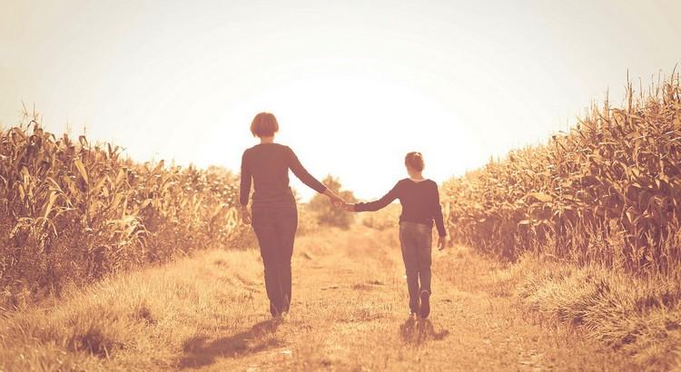 Das Erste, das der Mensch im Leben vorfindet, das Letzte, wonach er seine Hand ausstreckt, das Kostbarste, was er im Leben besitzt, ist die Familie. - Weisheit von Adolph Kolping