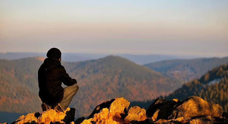 Und sehr viele bleiben für immer an dieser Klippe hängen und kleben ihr Leben lang schmerzlich am unwiederbringlich Vergangenen, am Traum vom verlorenen Paradies, der der schlimmste und mörderischste aller Träume ist. - Weisheit von Hermann Hesse