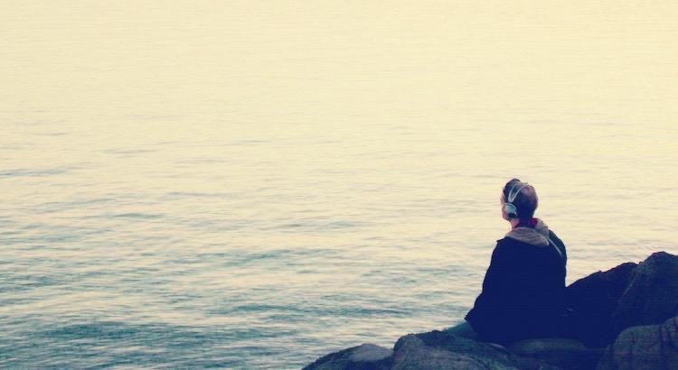 Es ist der Mensch und die Erfahrung, die wir beschimpfen. Dabei ist es die eigene Haltung, durch die wir innere Unruhe stiften. - Esragül Schönast