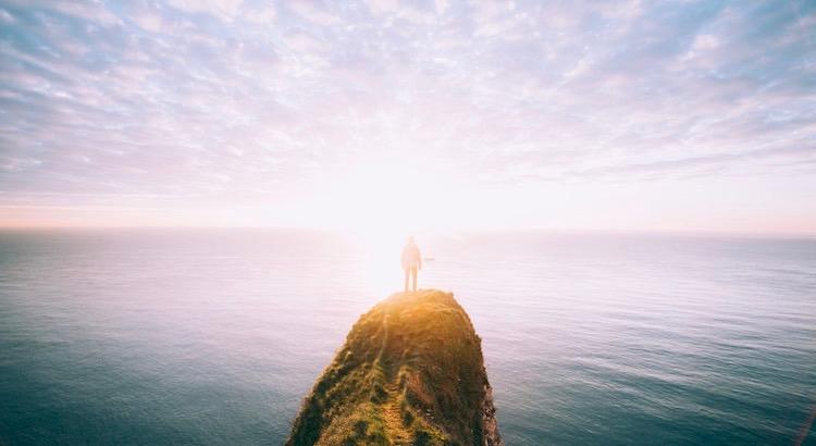 Jemand der den Schimmer in deinen Augen, die Reinheit deines Herzens und das Potenzial deiner Liebe nicht erkennt – verdient all dies auch nicht.- Esragül Schönast