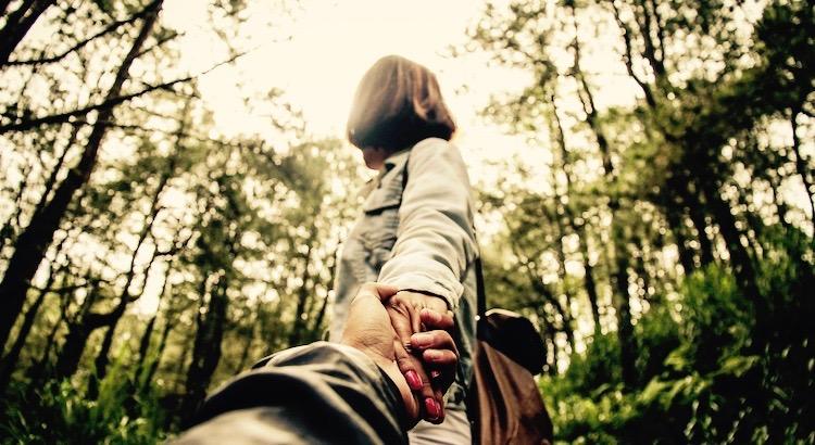 In guten Zeiten reichen uns viele Menschen die Hand. Aber es gibt nur sehr wenige, die sie in schlechten nicht loslassen. - Diana Denk