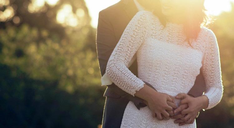 Einen Menschenmit seinen Stärken und Schwächen zu akzeptieren und ihn bedingungslos zu lieben, ist es, was eineLiebe so echt und so stark macht. - Esragül Schönast