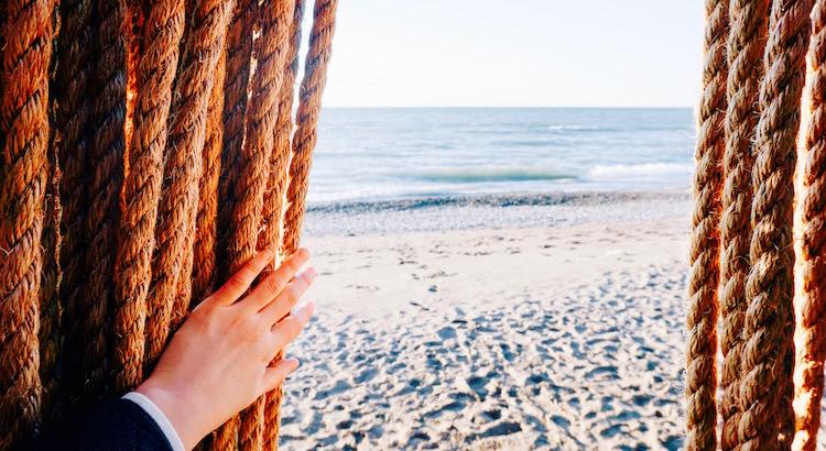 Man kann den Kopf in den Sand stecken und so versuchen abzuschalten. Doch man könnte ihnauch in Richtung Meer erhebenund erahnen, wie weit die Möglichkeiten und die Hoffnung reichen.- Esragül Schönast