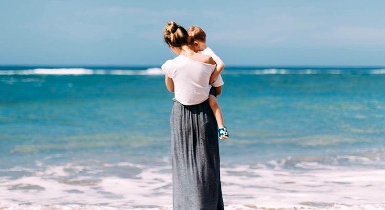 Nicht der Besitz an materiellen Gütern erhellt die Kinderjahre, sondern die Liebe und Gemütsverfassung der Eltern. - Rudolf von Tavel