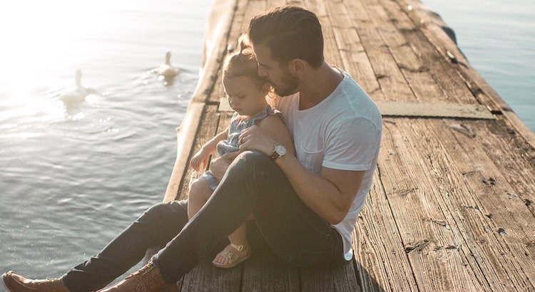 Nimm ein Kind an die Hand und lass Dich von ihm führen. Betrachte die Steine, die es aufhebt und höre zu, was es Dir erzählt. Zur Belohnung zeigt es Dir eine Welt, die Du längst vergessen hast.