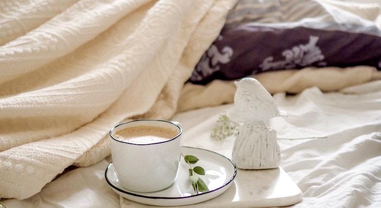 Zum Leben braucht man ein Zimmer voller Geborgenheit, ein Fenster mit Blick auf Unendlichkeit, einen Schlüssel für Freiheit, ein Bett voller Wärme, einen Stuhl für Ruhe, einen Kopf voller schöner Erinnerungen und ein Herz voller Liebe. - Unbekannt