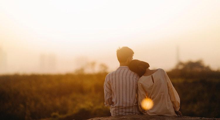 Du liebst jemanden nicht wegen des Aussehens, den Kleidern oder dem tollen Auto, sondern weil diese Person ein Lied singt, das nur du hören kannst. - Oscar Wilde