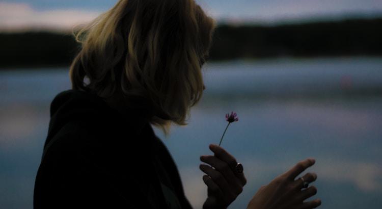 Wenn ich eins vom Leben gelernt habe, dann ist es, dass manchmal die dunkelsten Zeiten uns zu den hellsten Orten bringen können. Ich habe gelernt, dass die giftigsten Menschen uns die wichtigsten Lektionen beibringen können; dass unsere schmerzvollsten Kämpfe uns das notwendigste Wachstum gewähren; und dass die herzzerbrechendsten Verluste von Freundschaft und Liebe Platz machen können für die wundervollsten Menschen.