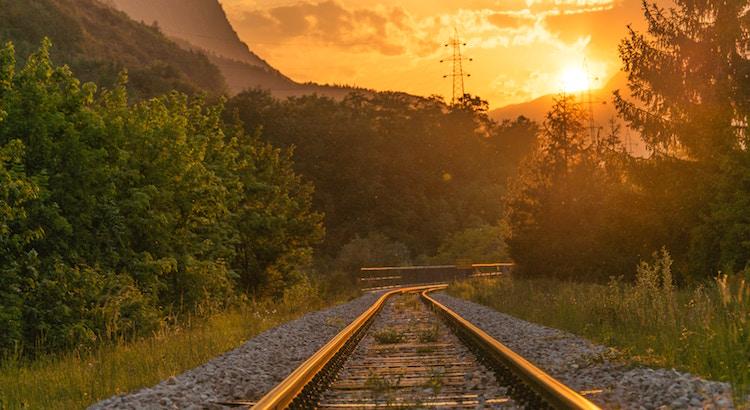 Steige nicht aus dem Zug des Lebens, sobald es holprig und dunkel wird. Warte ab. Die schöne und erhellende Landschaft wird sich im Anschluss zeigen. - Esragül Schönast