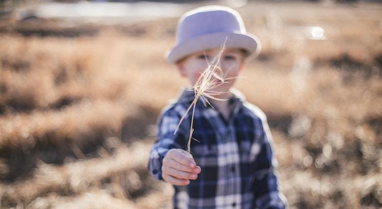 Das, was für die Pflanzenwelt Wasser und Sonnenschein ist,istfür die Kinderwelt Geduld und Liebe. - Esragül Schönast