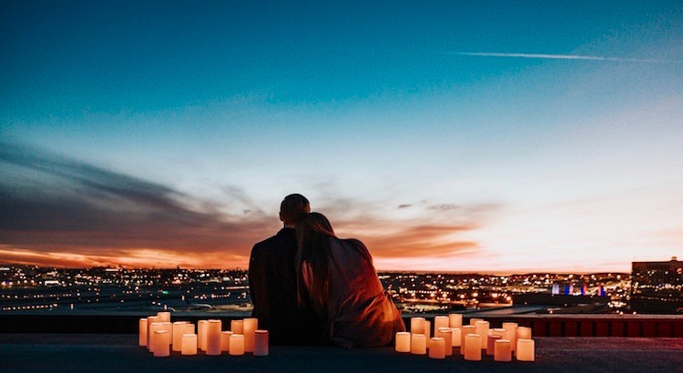 Wenn du etwas liebst, liebe es mit ganzem Herzen, feiere es, sage es, aber am Wichtigsten: Zeige es! Das Leben ist endlich und zerbrechlich, und nur weil etwas heute da ist, heißt das nicht, dass es auch morgen noch da sein wird. Halte es niemals für selbstverständlich. Sage, was du zu sagen hast und dann sage ein bisschen mehr. Sage zu viel. Zeige zu viel. Liebe zu viel. Alles ist kurzlebig, außer die Liebe.