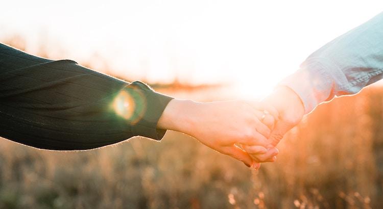 Lieblingsmenschen sind die, die deine Hand nehmen aber eigentlich dein Herz berühren. - Unbekannt