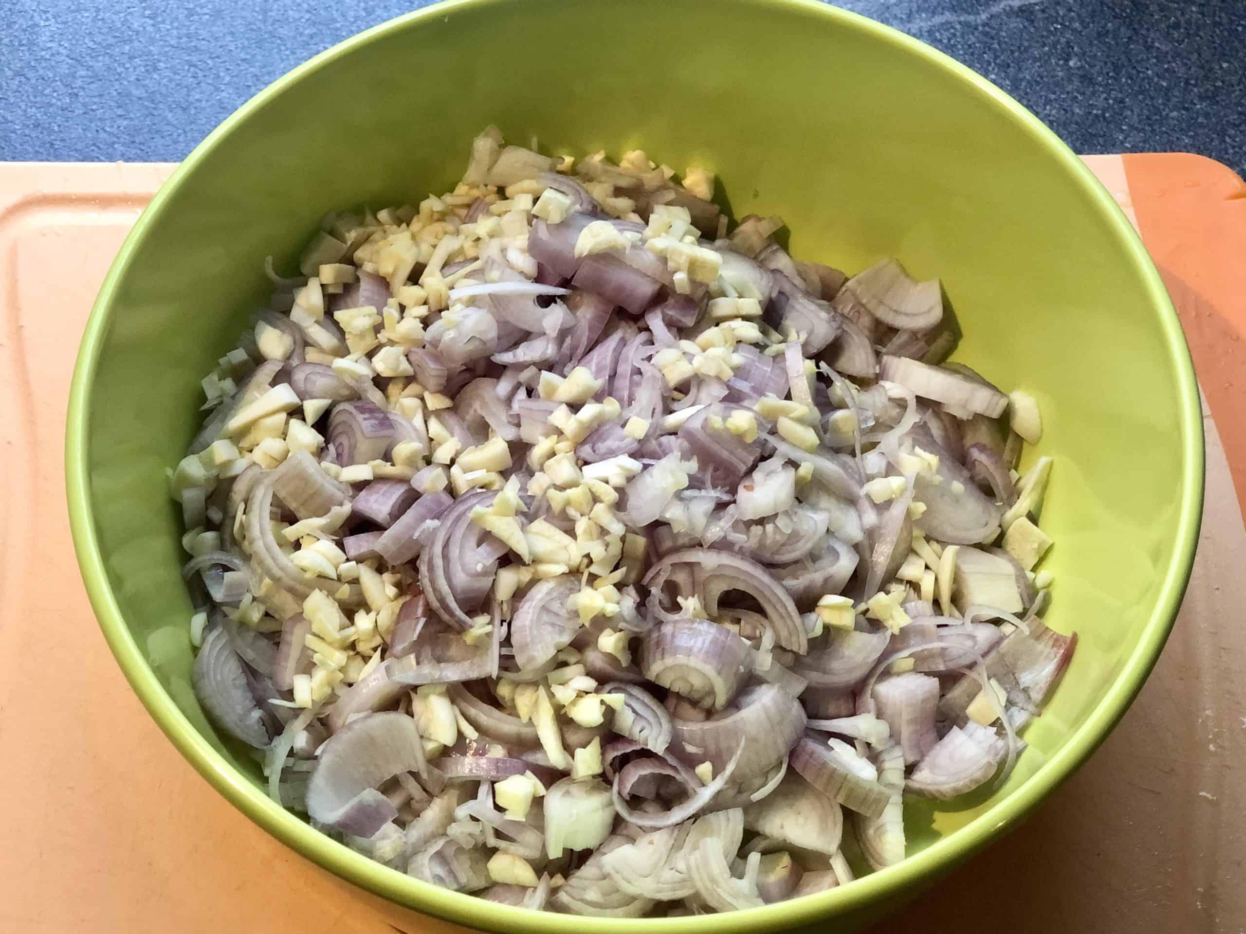 Zwiebeln und Knoblauch geschnitten