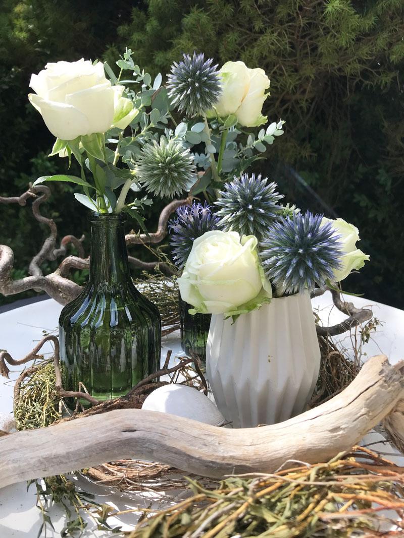 Blaue Disteln Und Weisse Rosen Weiss Schwarz