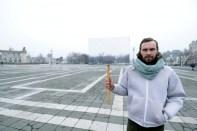 Tibor Horváth: Künstlerprotest gegen die neubesetzte Kunstakademie - durch ein Schild verschwindet der Platz an dem das berühmte Bauwerk steht