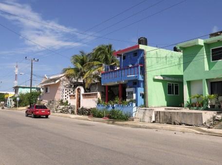 eines der zahlreichen bunten Häuschen auf der Insel