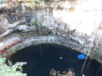 die Cenote aus 15 Metern