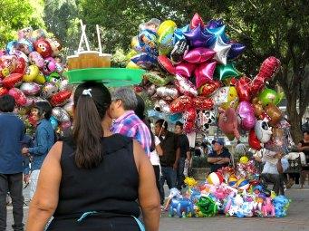 Wie auch in Puebla: ein Ballon-Verkäufer folgt dem nächsten