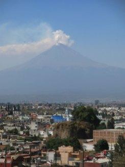 Vulkan Popocatépetl von der Pyramide aus