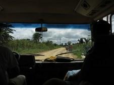 Ein paar Stunden geht es nun auf holprigen Straßen durch's Land