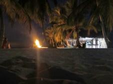 Lagerfeuer vor der Bar