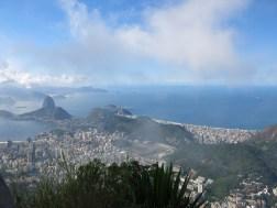 Rechts vom Zuckerhut liegt die Copacabana