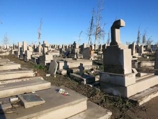 Teilweise wurden die Tafeln der Gräber erneuert.