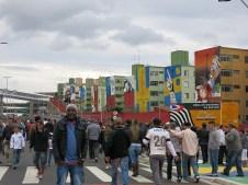 Die Hauswände vor dem Stadion zeigen die gewonnen Weltmeisterschaften Brasiliens