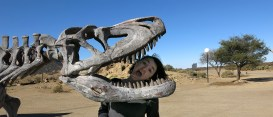 Die tapfere Emilie im Kampf mit dem Dino