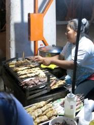 Eine kleine Straßenküche mit leckeren Hähnchenspießen