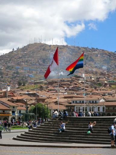 Die peruanische und die Regenbogenflagge