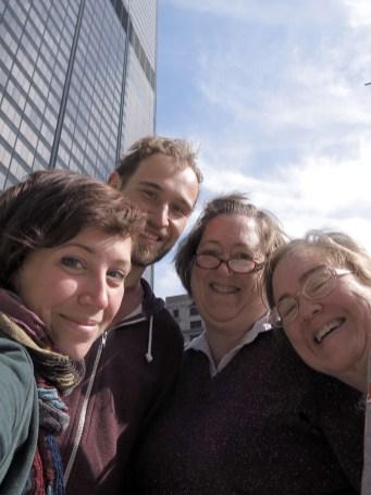 Mit Debbie und Vicki vor dem Willis Tower