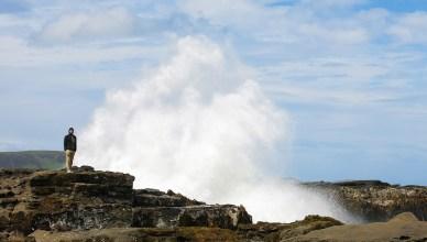 Meterhoch peitschen die Wellen hier gegen die Felsen
