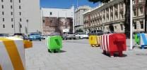 Bunte Schafe und Graffitis lockern das triste Stadtbild auf