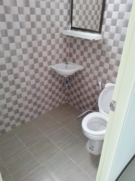ขนาดห้องน้ำไม่ใหญ่มาก แต่เพียงพอต่อการใช้สอย และไม่ได้แยกโซนเปียกและโซนแห้ง