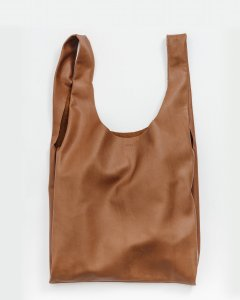 Leather Baggu in brown leather.