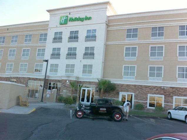 After a restful night at the Holiday Inn, we got up early to wash the '32. The last good clean it received was on June 3 at home.