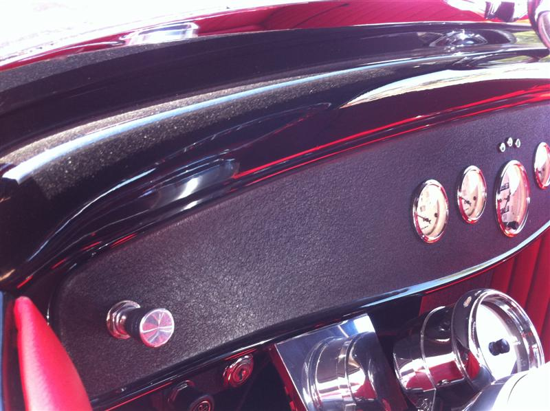 Loved the finish on the '32's dash. Very nice car!