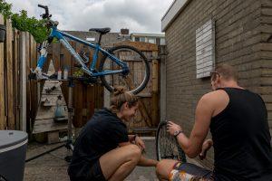uitleg over wielen tijdens een cursus fietsenmaker