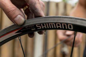 Spaken vervangen tijdens een cursus fietsenmaker