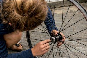 Lagers poetsen tijdens een cursus fietsenmaker