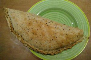 Achter de schermen met empanada argentinie served on a plate