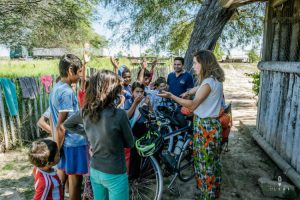 Cyclist explaining kids in El Chaco