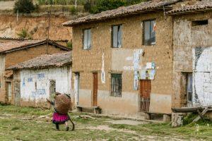 Oude vrouwtjes in Peru met zakken op de rug