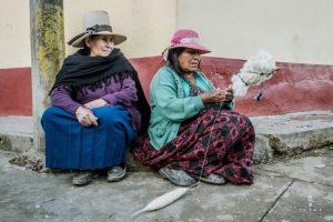 twee oude dames wol spinnen op traditionele manier