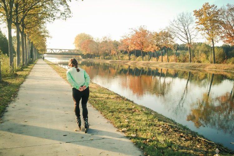skaten langs het kanaal