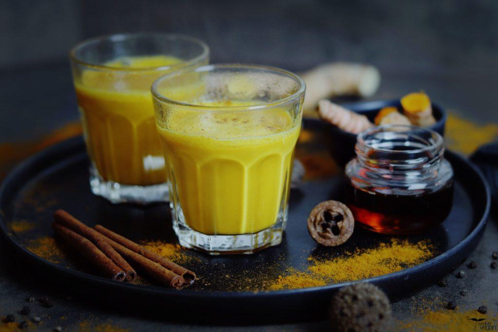 Gewürze wie Ingwer, Kurkuma, schwarzer Pfeffer und Zimt verfeinern die Goldene Milch