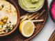 Schalen mit Hummus in verschiedenen farblichen Varianten