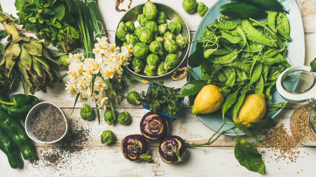 verschiedenes grünes Gemüse, Kräuter, frische Zitronen und Samen
